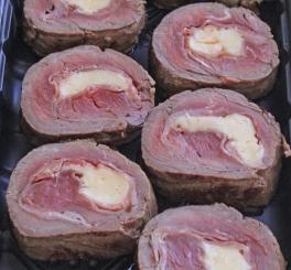Filet Mignon Recheado com Gruyère, Parma e Sálvia ao Molho de Vinho