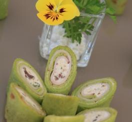 Crepe Roll de Salsa com Peito de Peru, Queijo de Cabra ao Perfume de Ervas e Amêndoas Crocantes