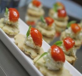 Queijo de Cabra e Tomate Confit sobre Petit Four de Manjericão