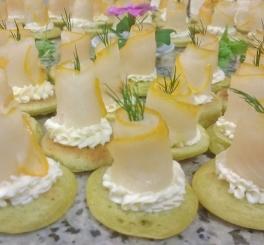 Blini de Capim Limão com Creme Cítrico e Carpaccio de Haddock Defumado