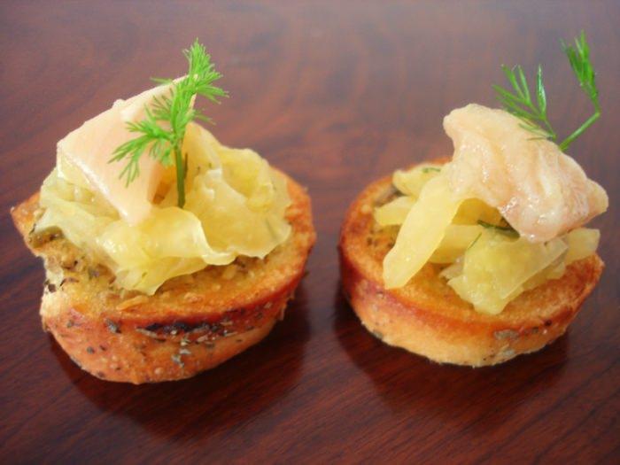Crostini de Ervas com Saladinha de Funcho e Truta Defumada