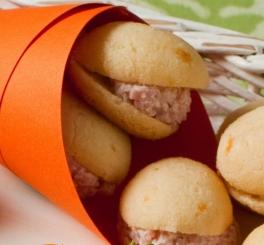 Panini (pão de queijo recheado com queijo e presunto)