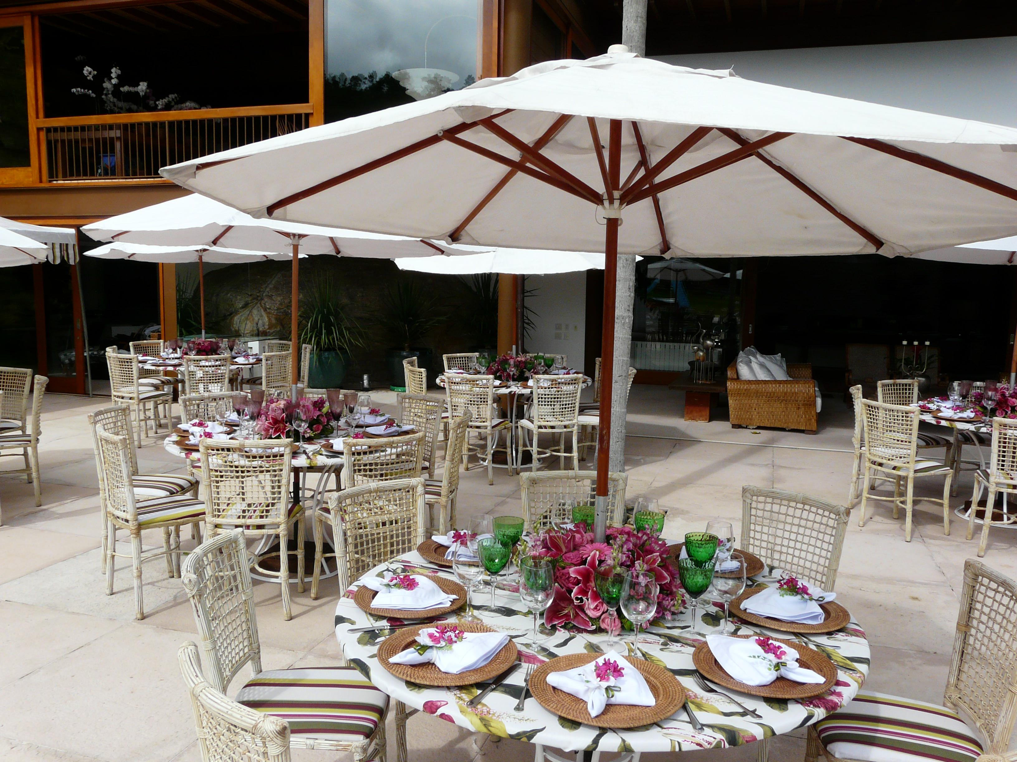 Mesa dos Convidados ao redor da piscina