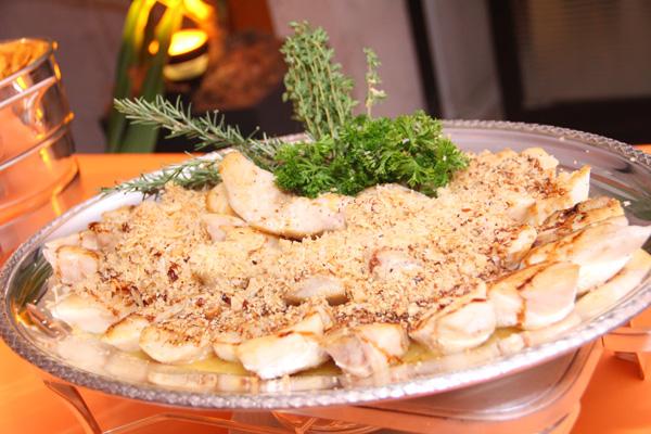 Filet de Namorado com Crosta de Castanha e Molho de Laranja