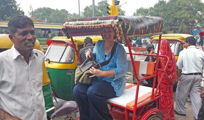 Rickshaw indo para Old Delhi
