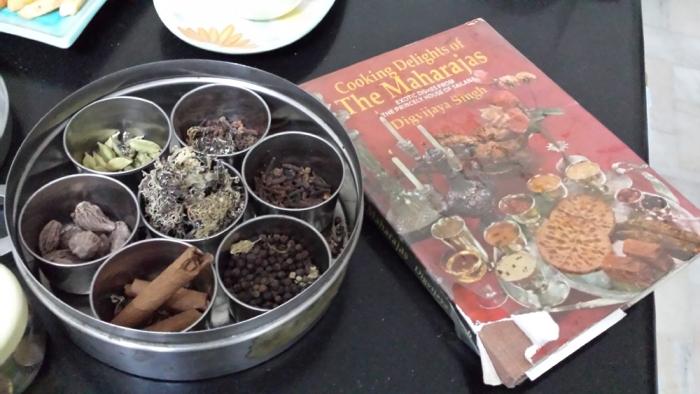 Caixinha de Especiarias e Livro de receitas na cozinha...