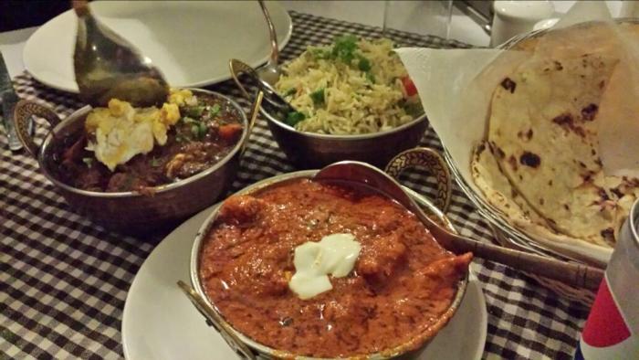 No jantar com Garlic nan - vegetable pilao - mutton masala - butter chicken