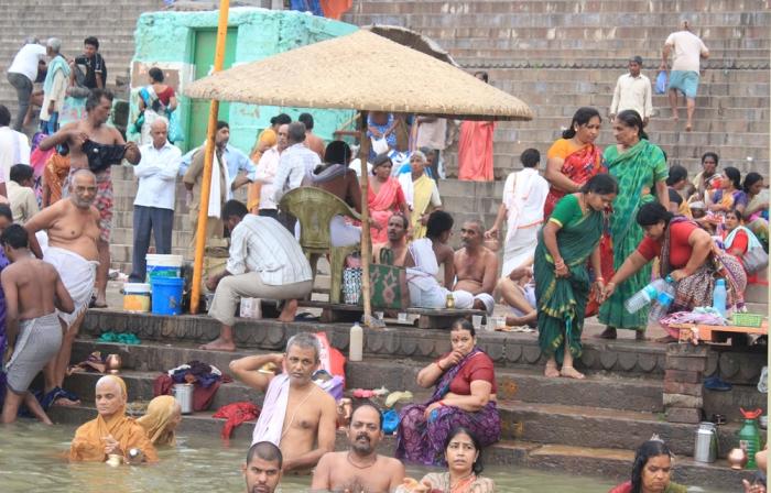 O Ganges possui um grande valor espiritual para os adeptos do hinduísmo, que tomam banho nas suas águas, crendo que o rio possui a capacidade de purificá-los de todos os pecados.
