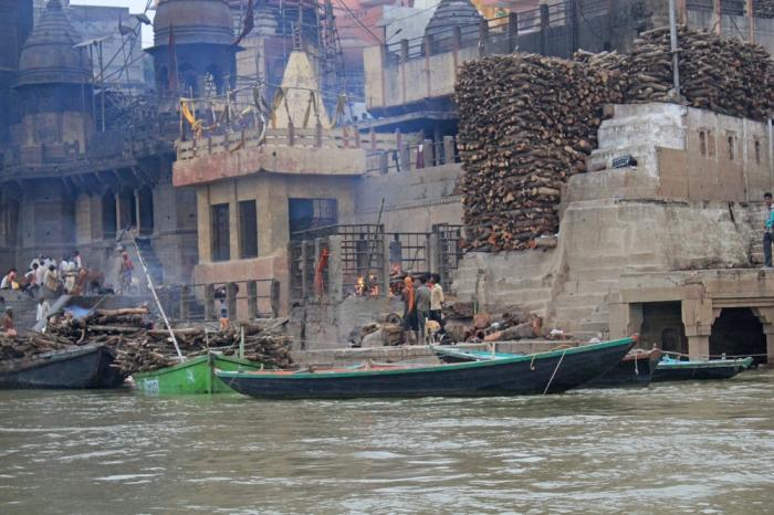 Cremações - as cinzas encontram o destino final nas águas do Ganges. As famílias que trazem seus mortos para serem cremados, acreditam que eles serão purificados e se libertarão da servidão material.