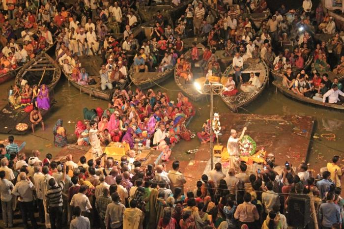 Cerimônia em homenagem ao Rio Ganges que acontece todos os dias após o pôr do sol -