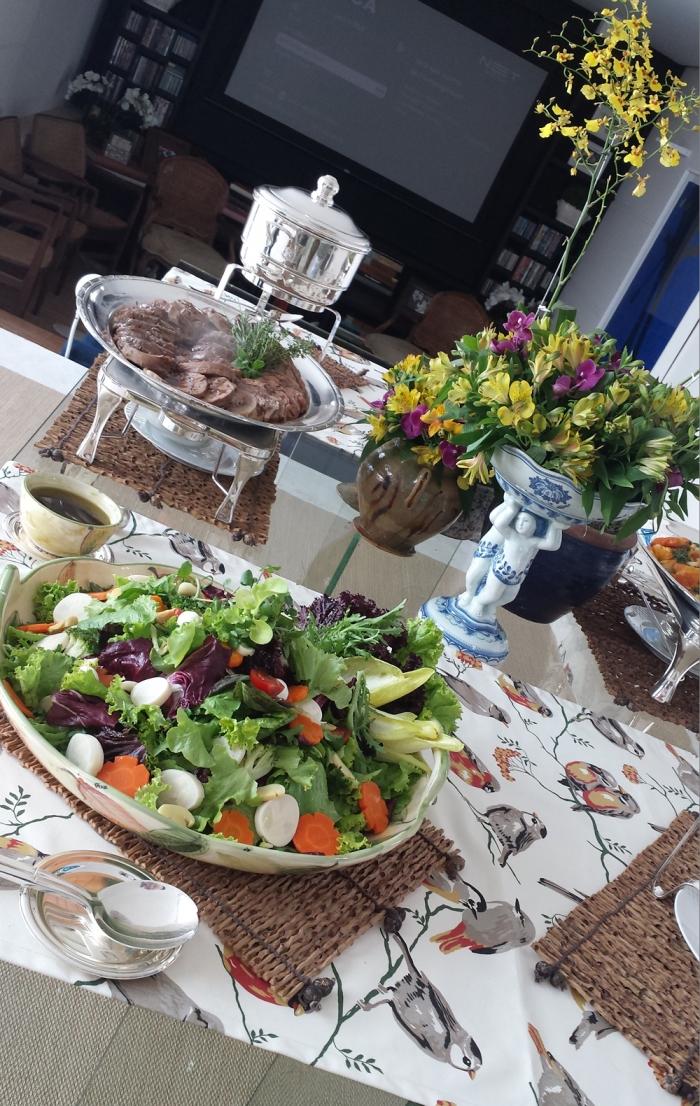   Salada Festiva com Mix de Folhas Coloridas, Agrião, Cogumelos, Palmito, Rosinhas de Cenoura, Brócolis, Tomatinho Cereja e Queijo de Cabra ao Vinagrete de Ervas, Aipo e Balsâmico