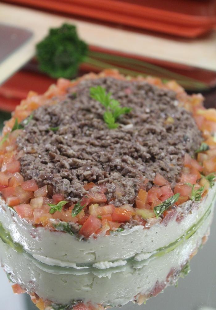 Queijo de Cabra com Tomate Concassé e Tapenade de Azeitona Preta
