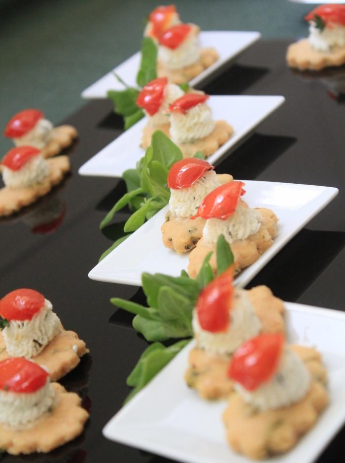 Petit Four de Manjericão com Queijo de Cabra e Tomate Confit