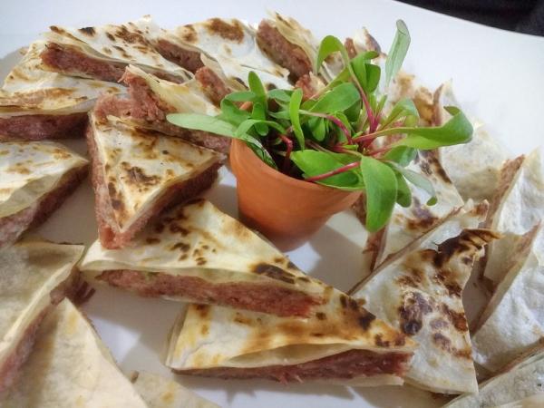 Quesadilla Grelhada com Carne Seca Acebolada e Catupiry