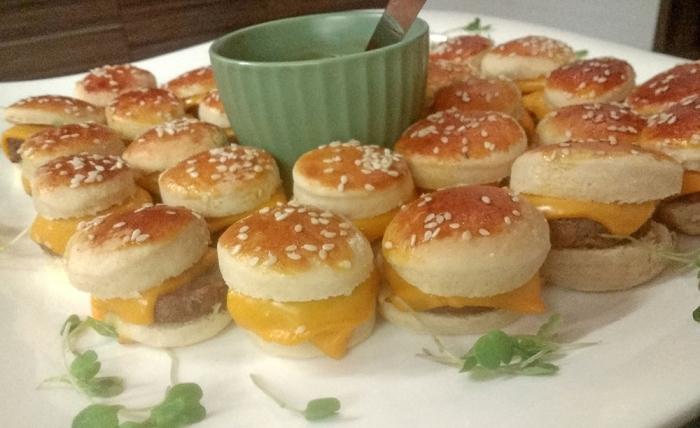 Mini Cheeseburguer de Picanha com Cheddar e Cebola Caramelizada