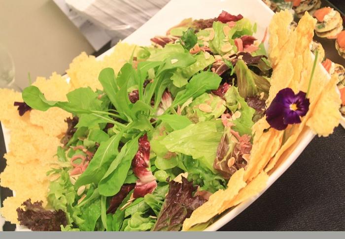 Mix de Folhas com Rúcula, Parma, Amêndoas Tostados e Telhas de Parmesão ao Vinagrete de Geleia de Tomate